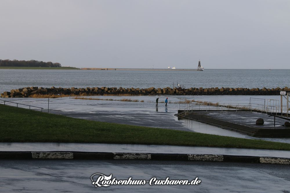 Cuxhaven im Winter, leichte Sturmflut, Land unter in der Grimmershörnbucht