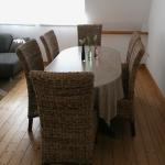 cuxhaven-ferienwohnung-6personen_wohnzimmer-esstisch-6-personen