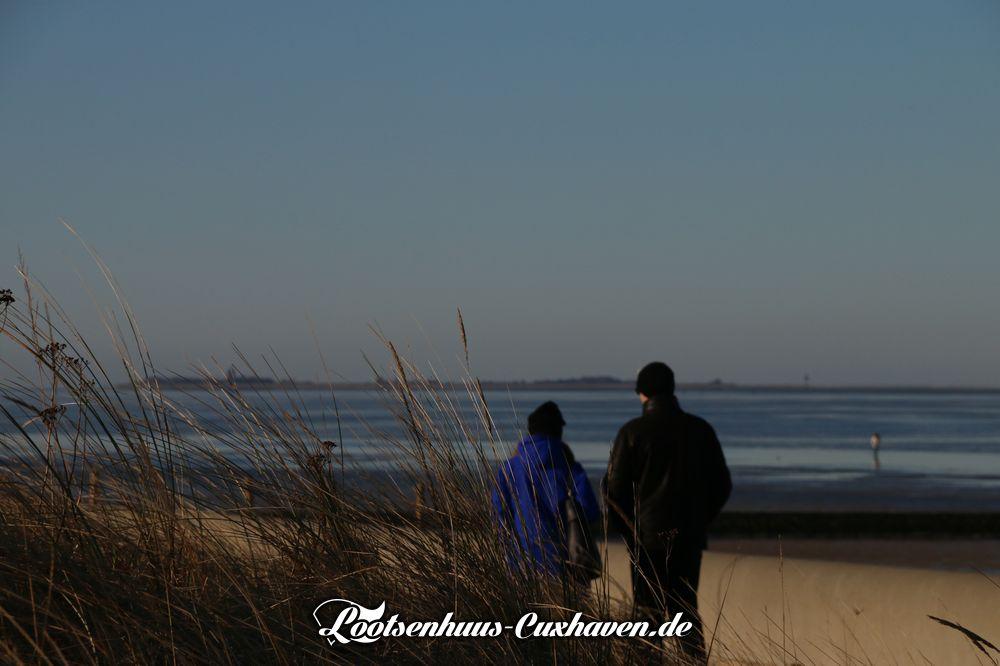Winter Sonne und blauer Himmel in Cuxhaven Döse am Strand mit Blick auf die Insel Neuwerk