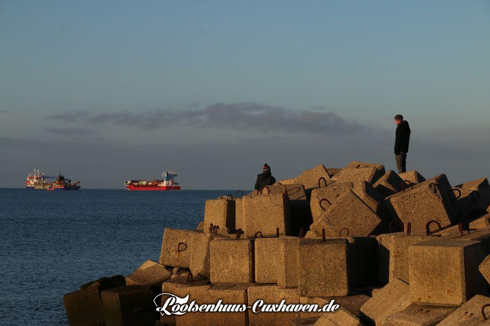 Cuxhaven Grimmerhörn Wasser Nordsee blauer Himmel Steine Schiffe Elbe