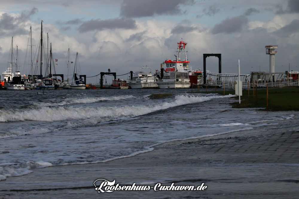 Leichte Sturmflut bei Sturmböhen aus Nordwest in der Grimmershörnbucht / Fährhafen in Cuxhaven