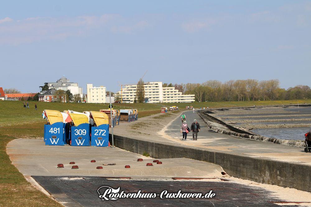 Cuxhavener Grimmershörnbucht im April 2020 - die Strandkörbe stehen bereit