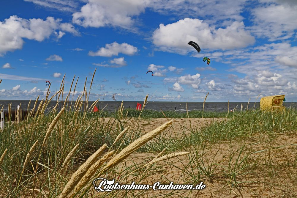 Strand in Döse bei der Kugelbake mit Düne und Strandkorb und Kite-Surfern