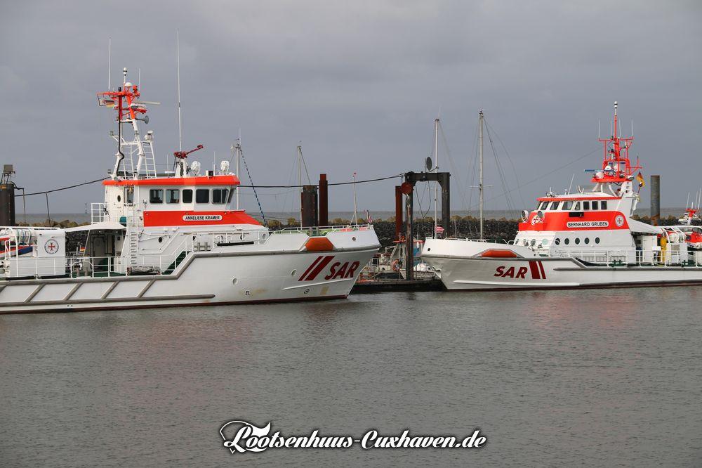 Seenotkreuzer Bernhard Gruben ist zu Besuch und liegt Bug an Bug mit der Anneliese Kramer an der DGzRS Station im Fährhafen von Cuxhaven.