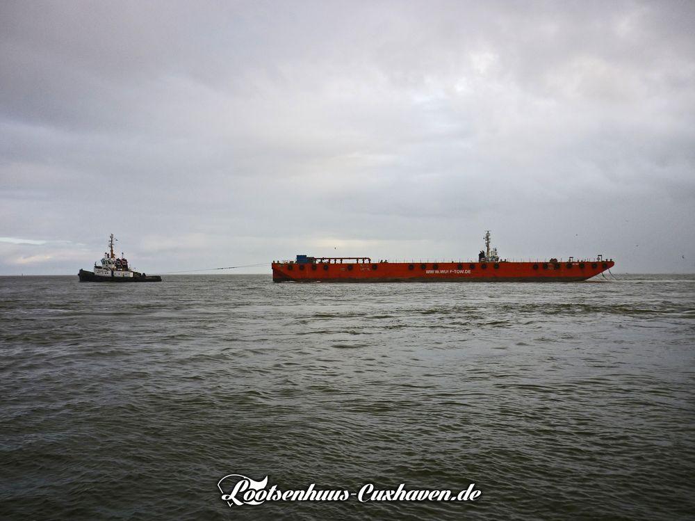 2 Schlepper der Firma Wulf ziehen einen Arbeitsponton elbabbwärts Richtung Nordsee.