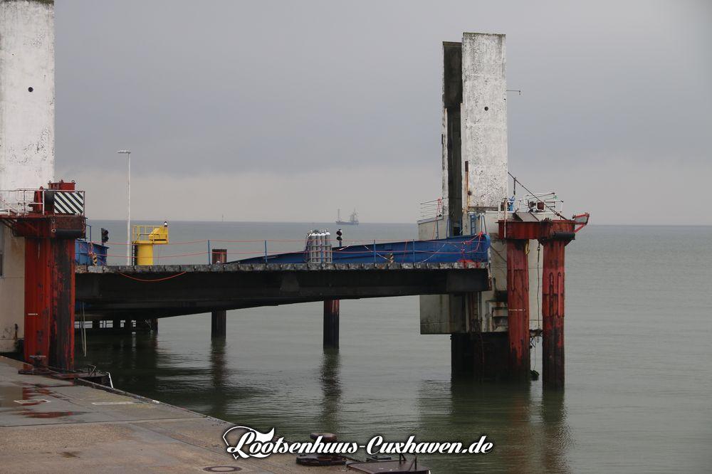 Die defekte RoRo-Brücke 3 an der neuen Seebäderbrücke in Cuxhaven