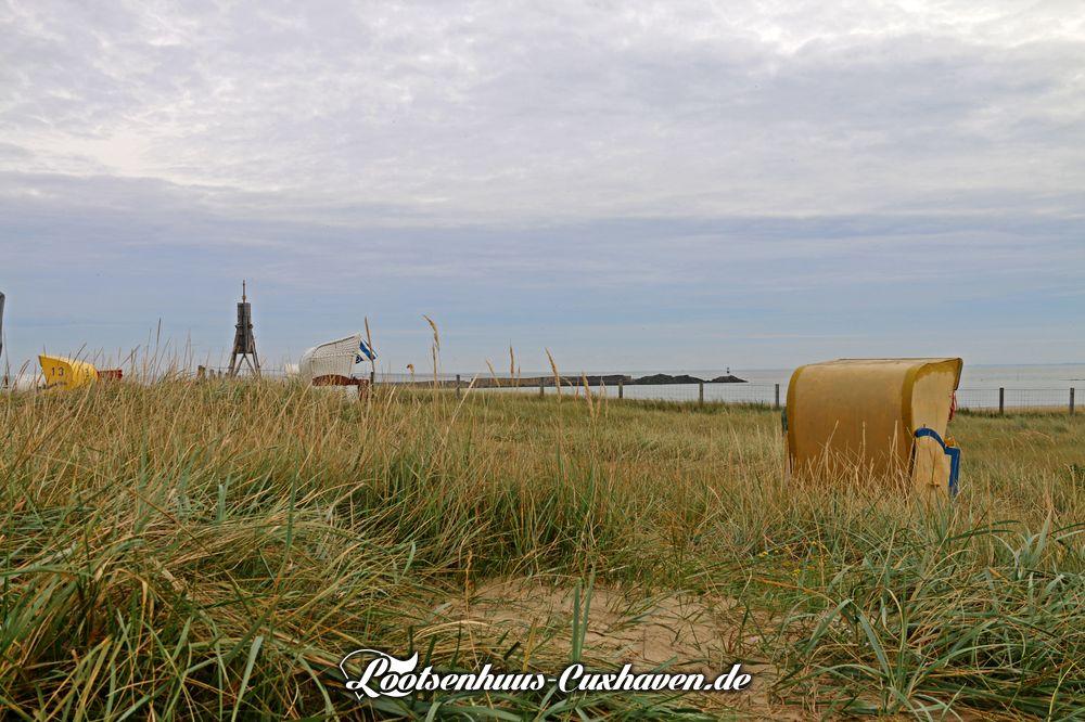 Auf der Düne an der Kugelbake, die letzten Strandkörbe stehen noch in Cuxhaven