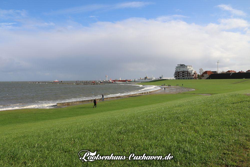 Windig und sonnig, aber es werden noch Orkanböen erwartet und eine Sturmflut überflutet die Grimmershörnbucht in Cuxhaven
