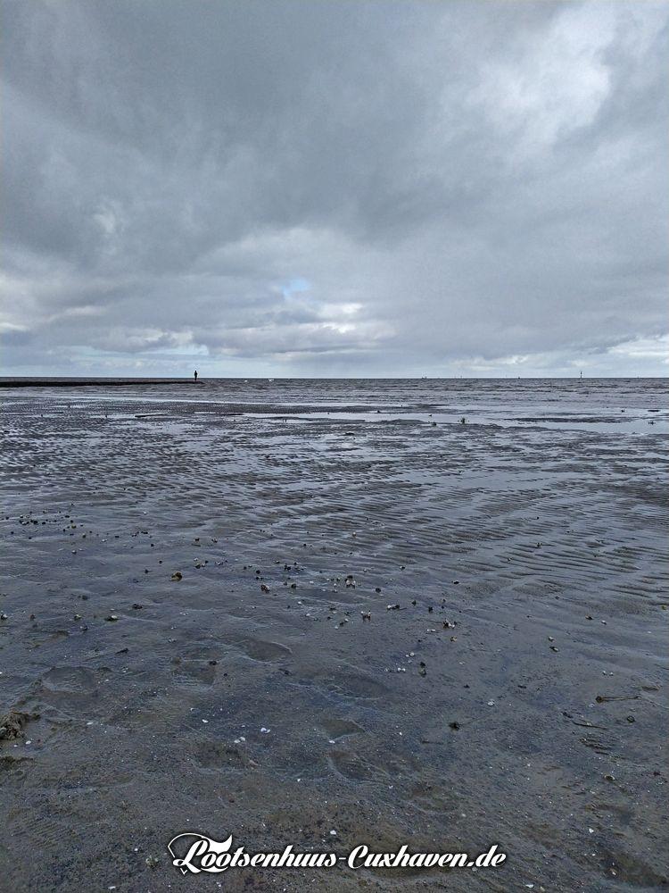 Graue Wolkenberge über dem Watt in Cuxhaven